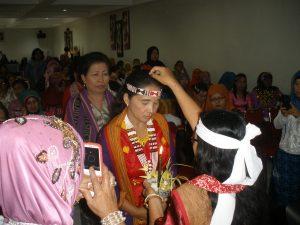 Bu Mardiana dalam ritual sinubuhnya beras pada Bu Rukmini & Bu Joice