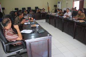 Pertemuan masyarakat adat anggota AMAN Mentawai dengan DPRD untuk mendorong percepatan pengesahan Ranperda Pengakuan dan Perlindungan Masyarakat Hukum Adat di Tuapeijat, 29 Februari 2016