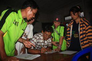 Penandatanganan berkas kesepatakan telah dilakukannya verifikasi batas tanah adat di Saureinu' Sipora, Mentawai (Patriz)