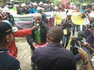 Aksi Suku Moi tolak perkebunan sawit di wilayah adat mereka