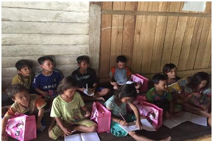 Anak-anak Semeriot sedang belajar bersama
