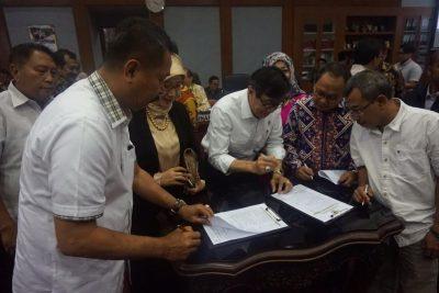 Menteri Hukum dan HAM Yasona Laolly tanda tangani daftar Prolegnas 2017